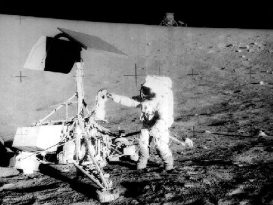 Apoolo 12, Charles Conrad bei Surveyor 3 (NASA)
