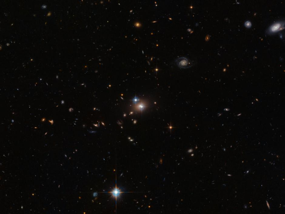 Verdopplung des Quasars QSO 0957+561 durch Gravitationslinse an Galaxie (Hubble, ESA/NASA)